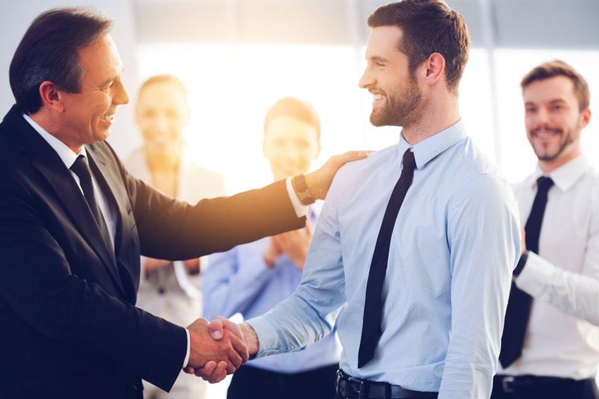 転職エージェントが無料で利用できる理由は企業側から成果報酬をもらっているから